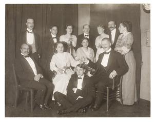 Groepsportret ter gelegenheid van het aantekendiner van Amelia Jane Gülcher (1879-) en Hendrik Abraham Kindermann (1876-1955)