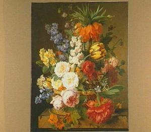 Een bloemstuk in een mandje op een marmeren plint