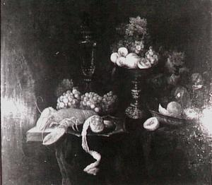 Stilleven met kreeft, tazza met vruchten, glaswerk op een donker kleed