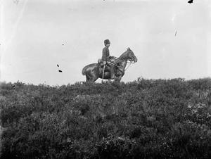Man op een paard tijdens een militaire manoeuvre