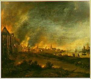 Brandende stad aan een rivier