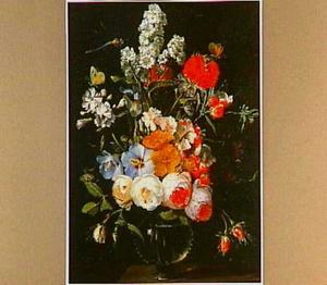 Bloemen in een glazen vaas met een libelle en vlinders