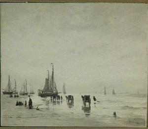 Strand met boten en schelpenvissers