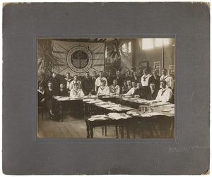 Groepportret met Arond Haak (1890-1921)