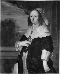 Portret van een vrouw met een doorkijk naar een landschap