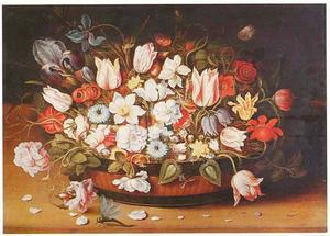 Bloemen in een kuipje van riet en lakwerk, met daarvoor bloemblaadjes en een libelle