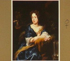 Portret van een vrouw, zittend naast een waterval, leunend op haar linkerarm