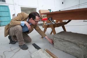 Mark Manders werkend in zijn atelier