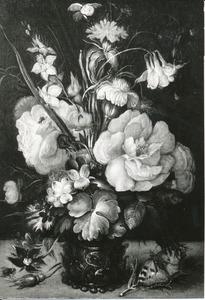 Bloemen in een roemer met een vlinder en een vlieg