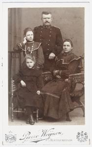 Familieportret van Jan Rinkes met vrouw en kinderen