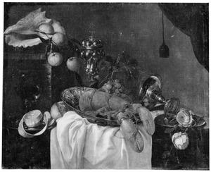 Stilleven met kreeft, siervaatwerk, bloemen en vruchten
