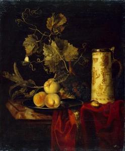 Stilleven met vruchten en bierpul op een donkerrood kleed