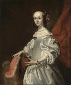 Portret van een jonge vrouw in een zilverwitte japon met een veren waaier