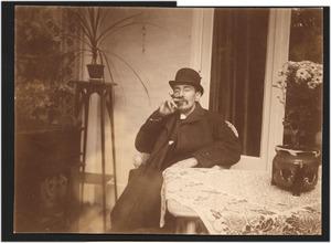Portret van Theo van Hoytema (1863-1917), zittend en rokend