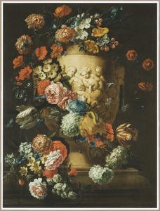 Gedecoreerde vaas omringd door rozen, tulpen en andere bloemen op een stenen plint