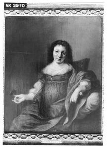 Jonge vrouw met een bloem in haar hand