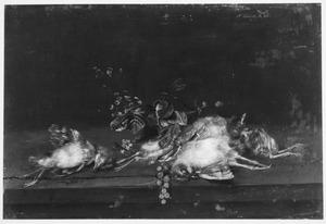Stilleven van vogeltjes naast takjes vruchten op een houten plint