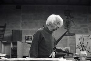 Willem Sandberg in het atelier van Lucebert