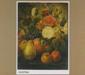 Stillleven van vruchten en bladgroen bij een glas met bloemen