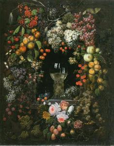 Vruchtenkrans met enkele bloemen rond een roemer in een nis