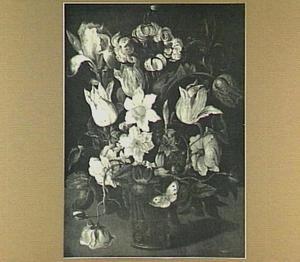 Tulpen, narcissen en rozen in een glas met braamnoppen