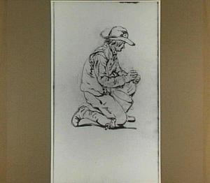 Knielende man met hoed; gezien van opzij