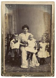 Mervrouw Lakke en haar kinderen Johan, Hetty en Cornelia