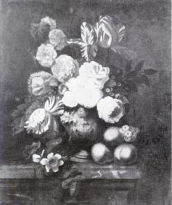 Stilleven van rozen, tulpen en andere bloemen in een vaas met daarnaast enkele perziken op een marmeren balustrade