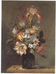 Bloemen in een noppenglas op een houten blad