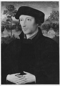 Portret van een man met op de achtergrond een landschap