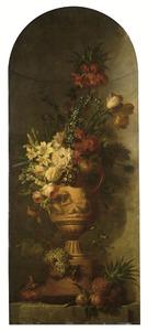 Bloemen in tuinvaas in een nis met rondom vruchten en vinken