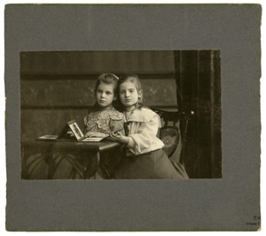 Dubbelportret van Joukje en Nellij Appeldoorn