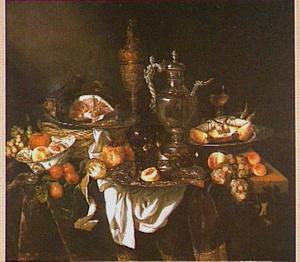 Pronkstilleven met siervaatwerk, ham en kreeft, vruchten en glaswerk op een donker kleed met wit servet; in een zilveren kan het portret van de kunstenaar