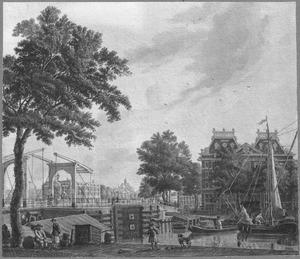Het West Indisch Huis gezien over het water van de Oude Schans, met links de Kikkerbilsluis, in de verte het Admiraliteits Magazijn en de Kattenburgerbrug over de Nieuwe Vaart