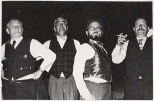 Herbert Fiedler (links) tijdens de webstrijd 'Wie heeft het mooste giletje', juli 1955
