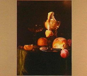 Stilleven met een roemer, een Venetiaans wijnglas, een broodje, een citroen, een sinaasappel en rozen