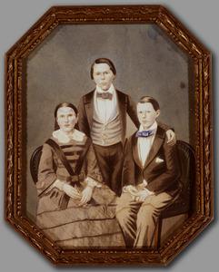 Portret van Carolus Petrus Johannes van den Berg (1840-1881), Henricus Petrus Johannes van den Berg (1843-1899) en Joanna Emilia Agnes van den Berg (1843-1915)