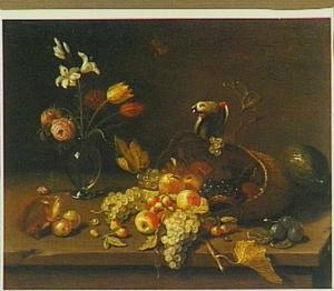 Stilleven met een omgevallen mand vruchten met daarop een papegaai, een vaas met bloemen en een eekhoorntje; op een houten tafel