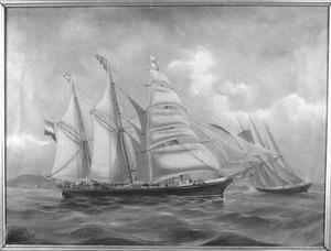"""Het barkentijnschip """"Koerier"""" van rederij H.J. Rietveld, onder kapitein D.K. Wijkmeijer, zeilende op een Oostaziatische rede"""