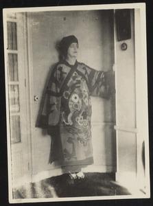 Baronne d' Oettingen (=Francois Angiboult=Rosh Grey) gekleed in door haarzelf ontworpen kostuum