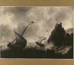 Schepen in een zware storm voor een rotsachtige kust
