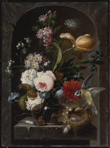 Stilleven van bloemen in een glazen vaas met vogel en vogelnest op een stenen richel in een nis