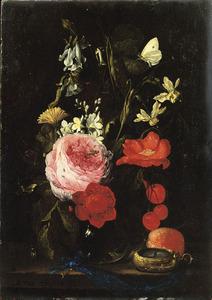 Stilleven van bloemen in een glazen vaas, met insecten en een horloge