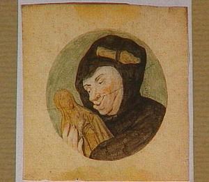 Monnik die een beeld van de maagd Maria omarmt