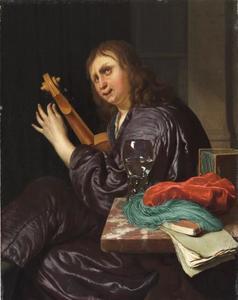 Een man in een interieur die een viool stemt