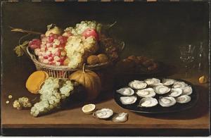Tinnen schaal met oesters en een mand met druiven op een houten tafel