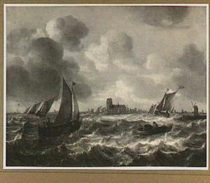 Riviergezicht met verschillende schepen, in het verschiet een stad met een vierkante kerktoren