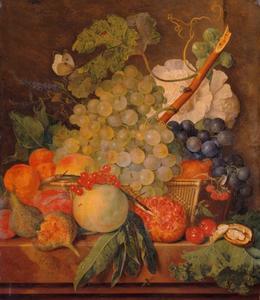 Fruit op een marmeren blad en in een rieten mand met bloemen en een koolwitje