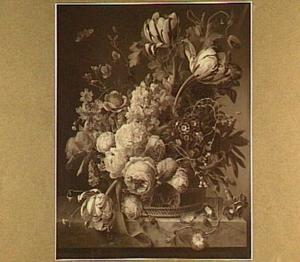 Bloemenmand met op een marmeren blad