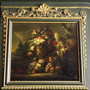 Bloemstilleven met borstbeeld en vruchten